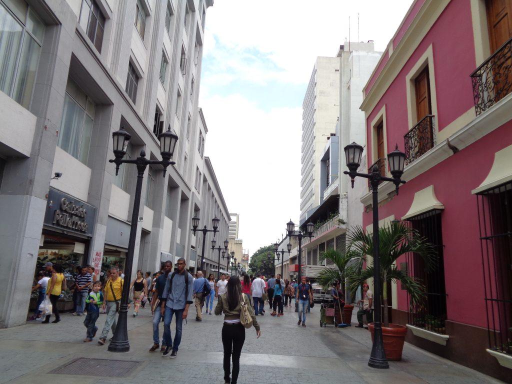 В розовата къща вдясно Боливар е живял с младата си съпруга Мария Тереса дел Торо Аяла, която умира едва 22-годишна от жълта треска. Снимка: Къдринка Къдринова