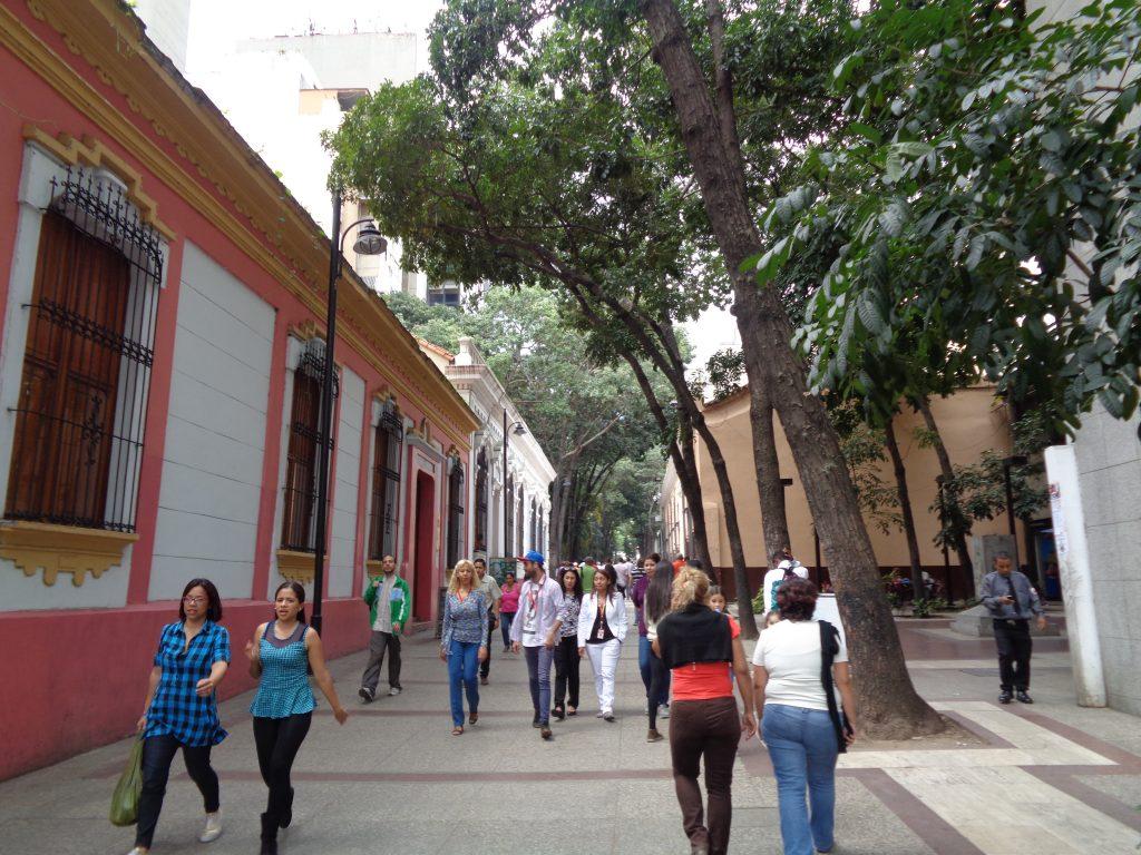 Къщата вляво, в която днес има музейна експозиция, но и популярно кафене, е на учителя и наставника на младия Боливар–Симон Родригес. Снимка: Къдринка Къдринова