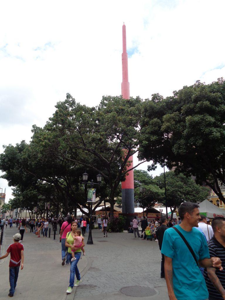 """На историческия площад """"Ел Венесолано"""" (""""Венесуелецът"""") се извисява своеобразен паметник от стомана във формата на игла. Снимка: Къдринка Къдринова"""