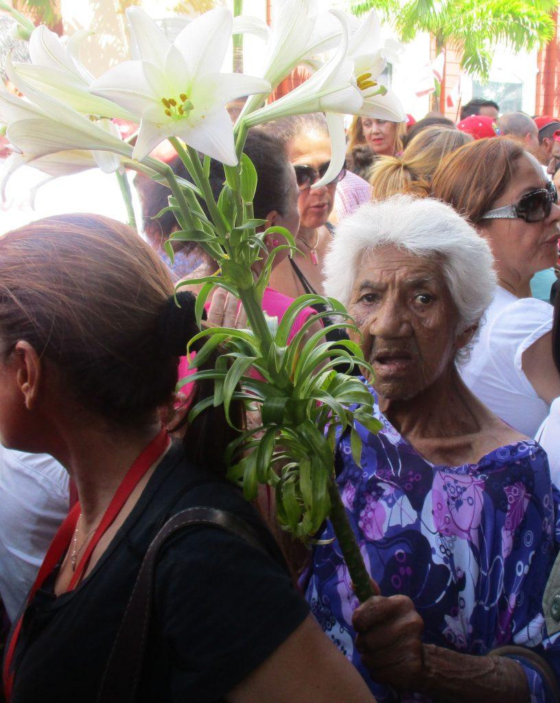 С цвете в тълпата. Снимка: Къдринка Къдринова