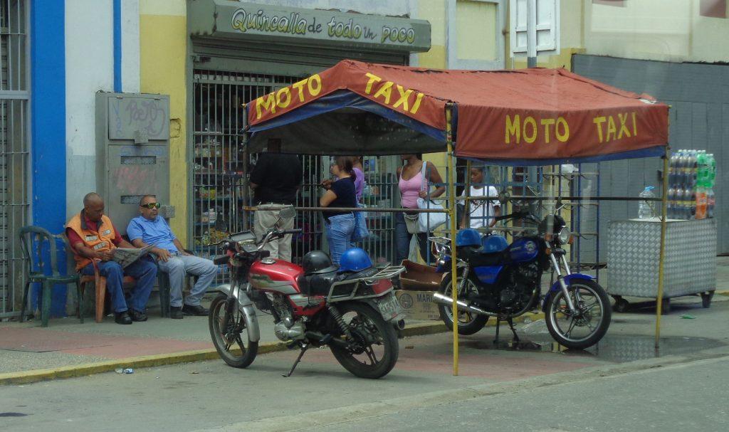В очакване на пътници за мото-такси. Снимка: Къдринка Къдринова