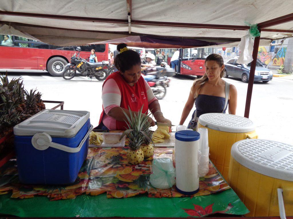 """Продавачка на ананаси """"на хапки"""". Снимка: Къдринка Къдринова"""
