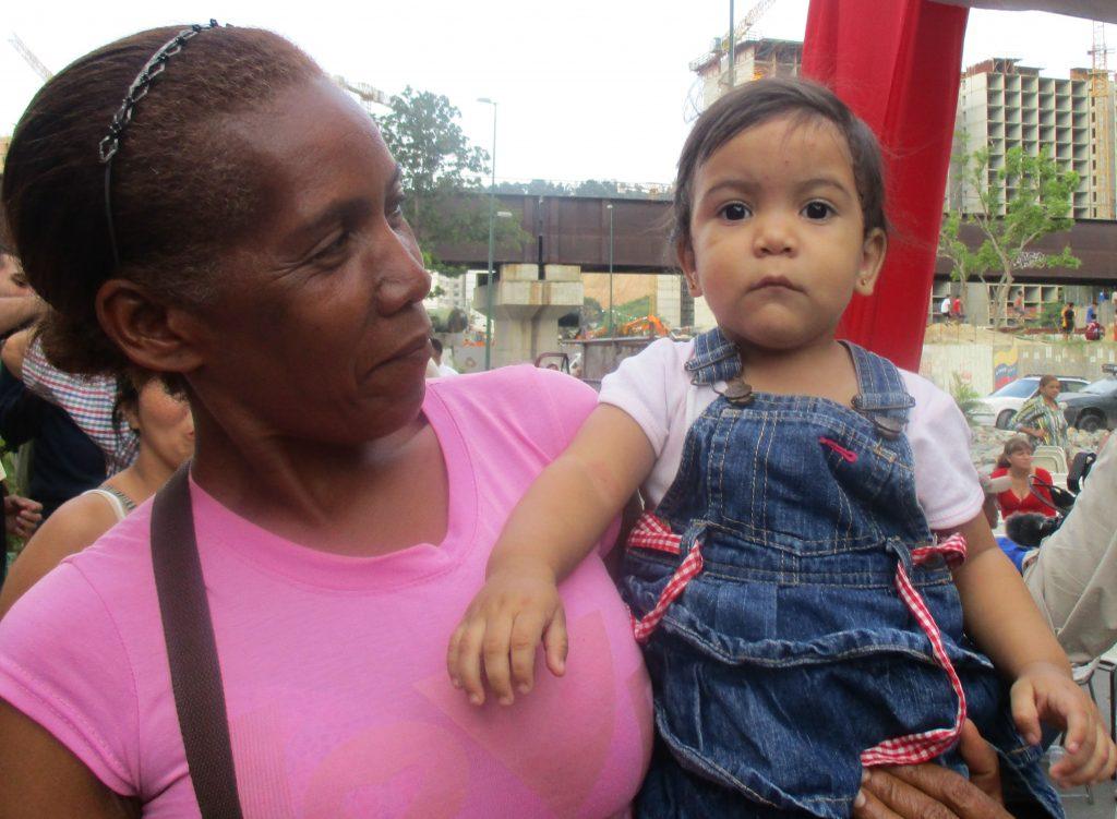 """Баба и внуче от жилищната зона на """"Фуерте Тюна"""". Снимка: Къдринка Къдринова"""