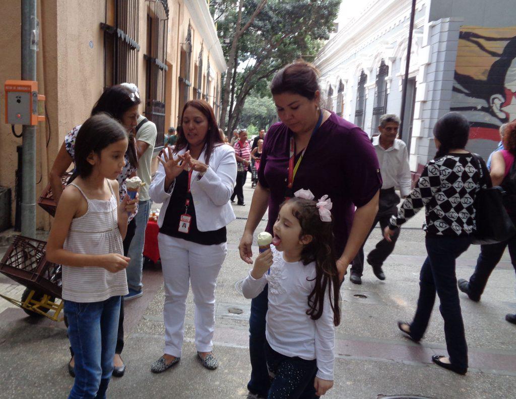"""Сладоледена радост на улица в """"Либертадор"""". Снимка: Къдринка Къдринова"""