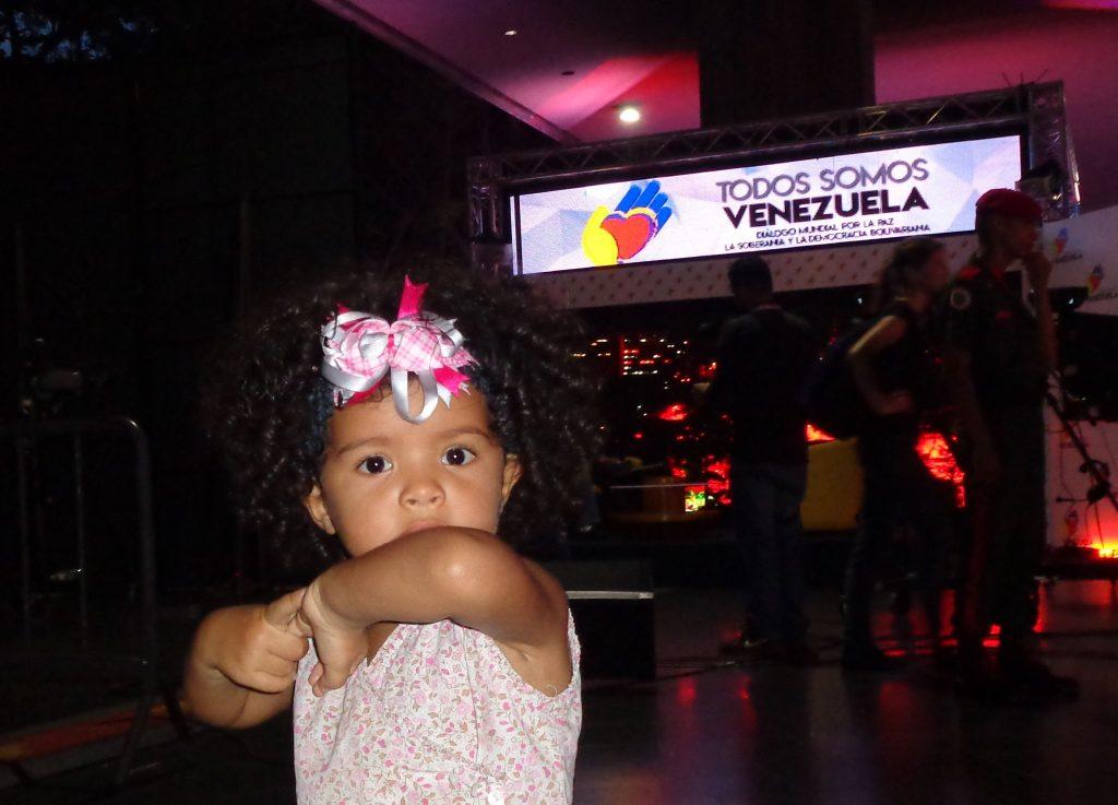 """Заедно с тази малка хубавица–""""Всички сме Венесуела"""". Снимка: Къдринка Къдринова"""