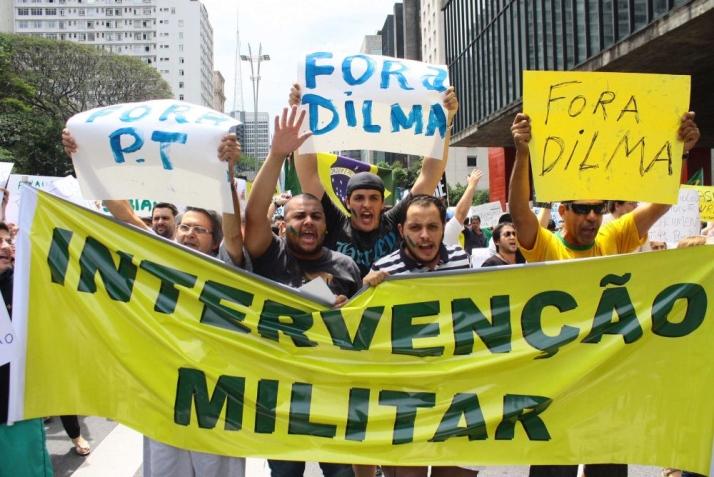 """""""Вън Дилма"""", """"Вън Работническата партия"""", """"Военна намеса""""–такива лозунги размахваха демонстрантите в бразилските градове по време на кампанията за сваляне на Дилма Русеф от власт. Снимка: Resumen Latinoamericano"""