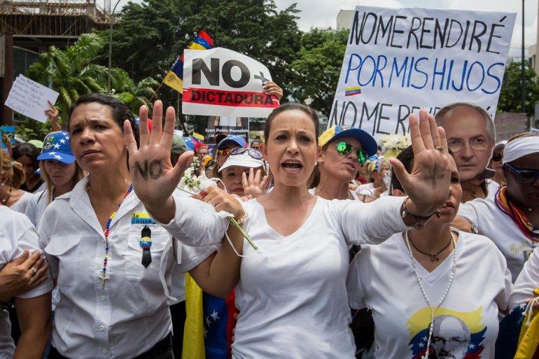 Мария Корина Мачадо (в средата) по време на една от опозиционните демонстрации във Венецуела през май 2017 г. Снимка: EFE