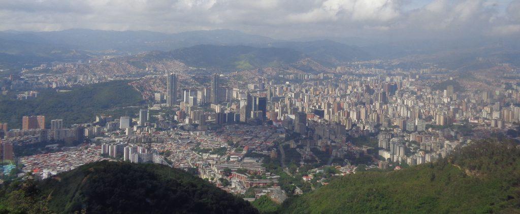 На панорамните снимки на града ясно личат социалните контрасти–бедността пълзи от модерния център към хълмовете наоколо. Снимка: Къдринка Къдринова