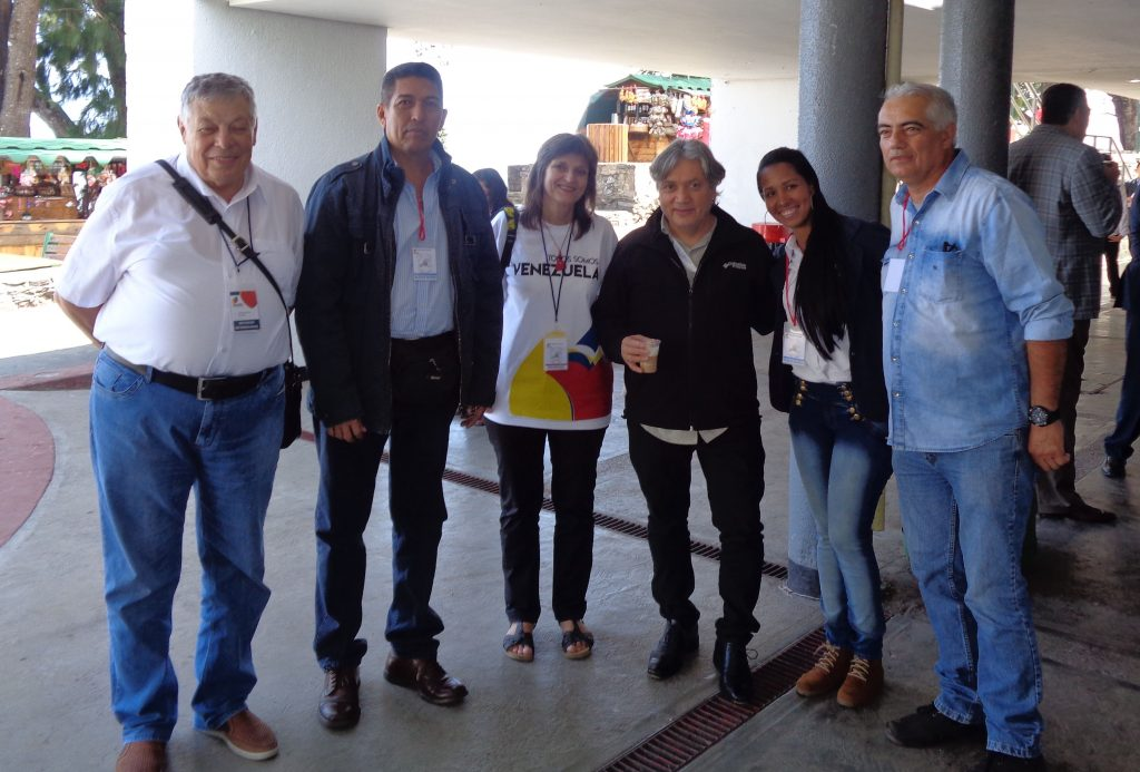 Чилийският сенатор Алехандро Наваро (в средата, с чаша кафе) заедно делегатите на България и с участници от Венесуела и Чили. Снимка: Луис Гаронтон