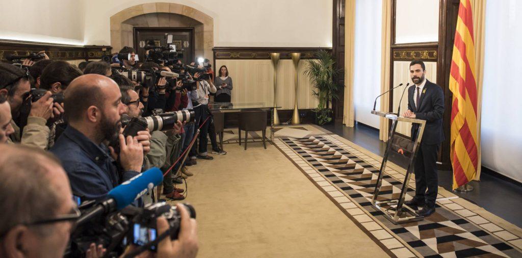 Председателят на каталунския парламент Рожер Торен обявява принудителното си решение за отлагане на сесията за лансиране на премиерската кандидатура на Карлес Пучдемон. Снимка: El Pais