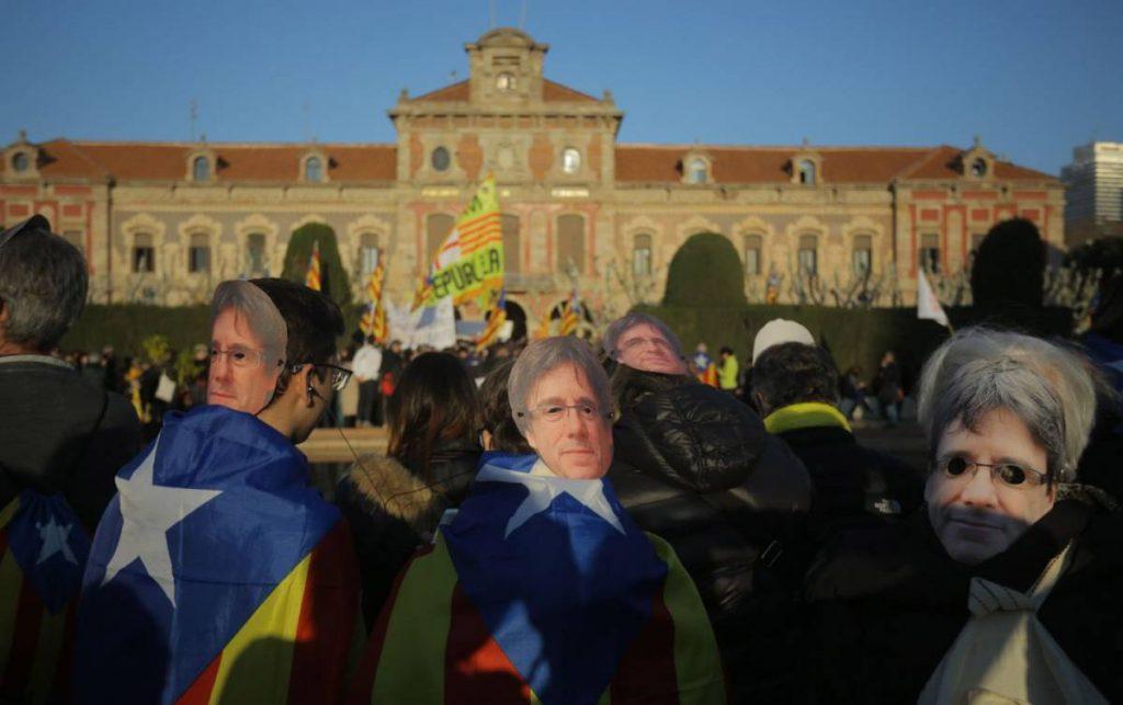 Много от стигналите досами парламента демонстранти носеха маски с лика на Пучдемон. Снимка: El Pais