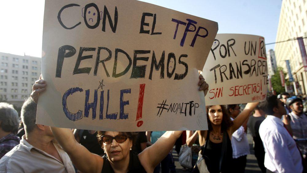 """""""С ТРР губим Чили"""", предупреждава плакатът на преден план. Снимка: EFE"""