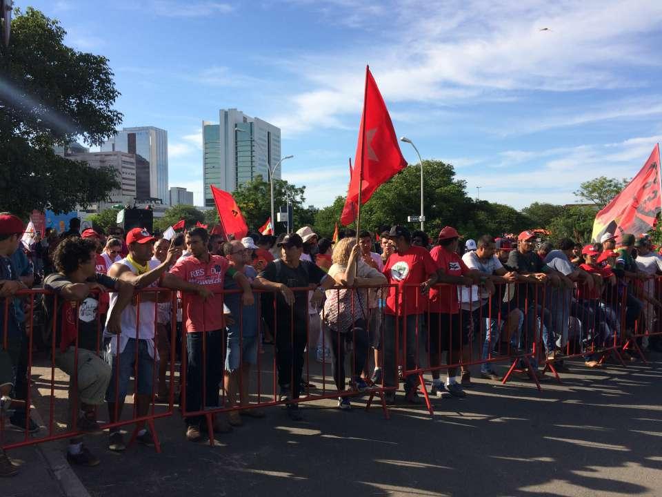 Още преди началото на днешното съдебно заседание в Порто Алегре пред сградата на съда започнаха да се събират привърженици на Лула и Работническата партия. Снимка: Туитър