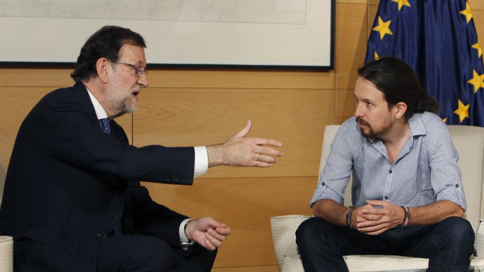 """Водачът на Народната партия Мариано Рахой и лидерът на """"Подемос"""" Пабло Иглесиас по време на среща в Националния конгрес в Мадрид през юли 2016-та, при тогавашните консултации за сформиране на испанско правителство. Снимка: EFE"""