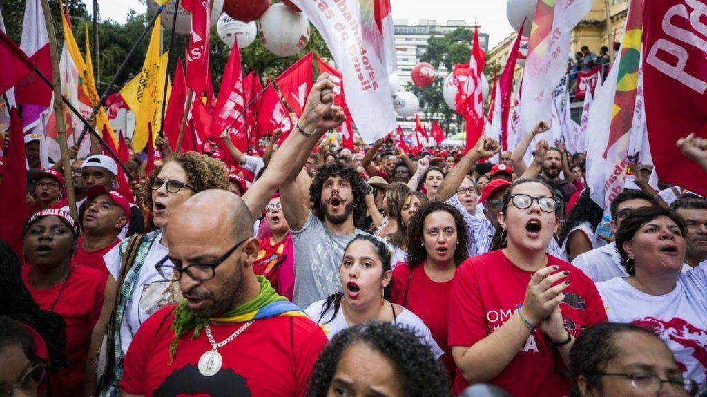 Събралото се в Сао Пауло човешко множество ентусиазирано подкрепи Лула. Снимка: EFE