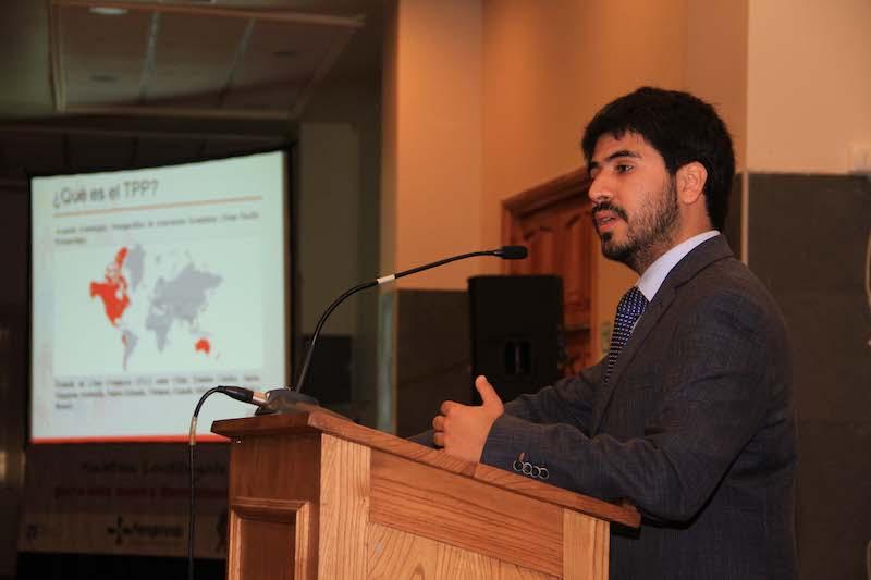 Томас Лагомарсино по време на лекция за рисковете от ТРР. Снимка: ecuidad.cl