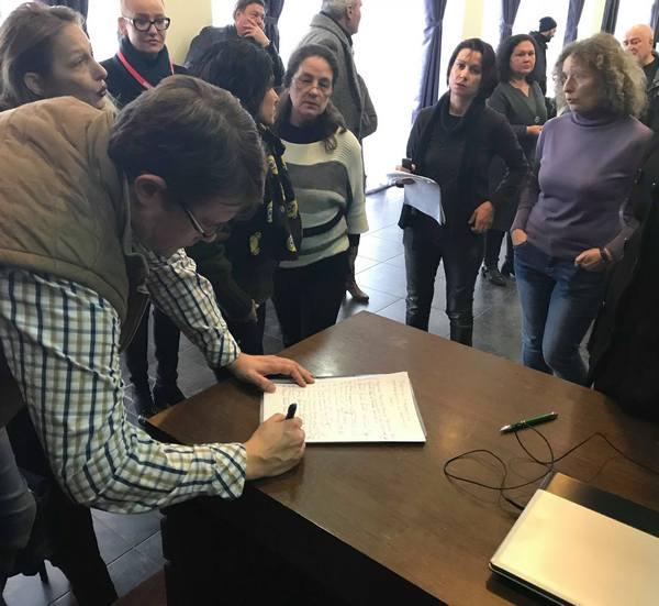 По време на подписването на декларацията от бургаски журналисти. Снимка: flagman.bg