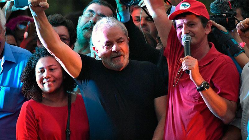 """""""Уж мен са сложили на подсъдимата скамейка, а осъждат целия бразилски народ,"""" каза Лула пред симпатизантите си. Снимка: elonce.com"""