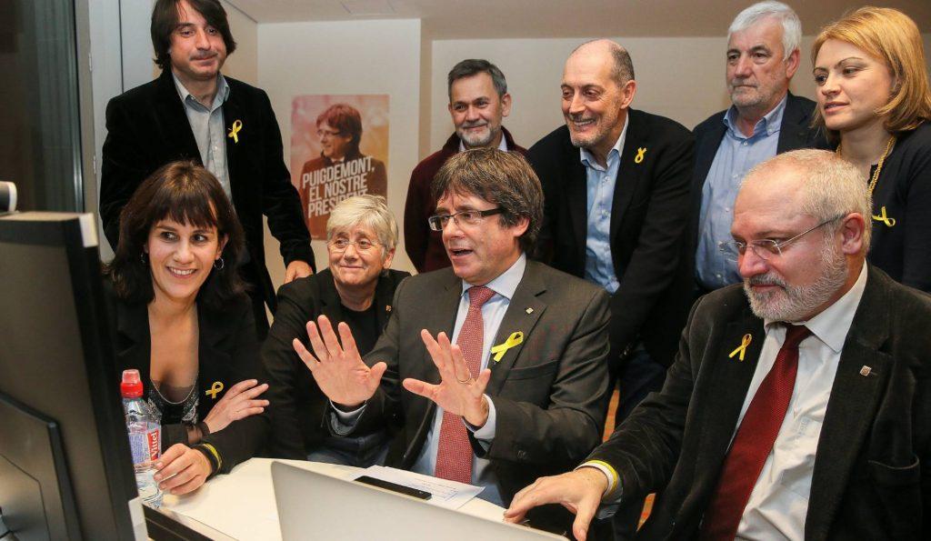 Карлес Пучдемон (в средата), заобиколен от свои бивши министри, някои от които бяха избрани и за депутати. Трима от тях се отказаха от депутатските си кресла и отстъпиха място на следващите в списъка, за да улеснят събирането на необходимото мнозинство от гласове в каталунския парламент. Снимка: EFE