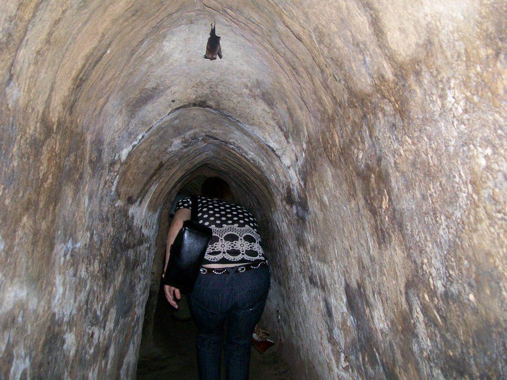Днес тунелите са разширени в туристическата част, за да могат да минават по-лесно посетителите. В оригиналния си вид те са били много тесни, съобразени с физиката на дребничките виетнамци и непроходими за едрите американци. Снимка: Къдринка Къдринова