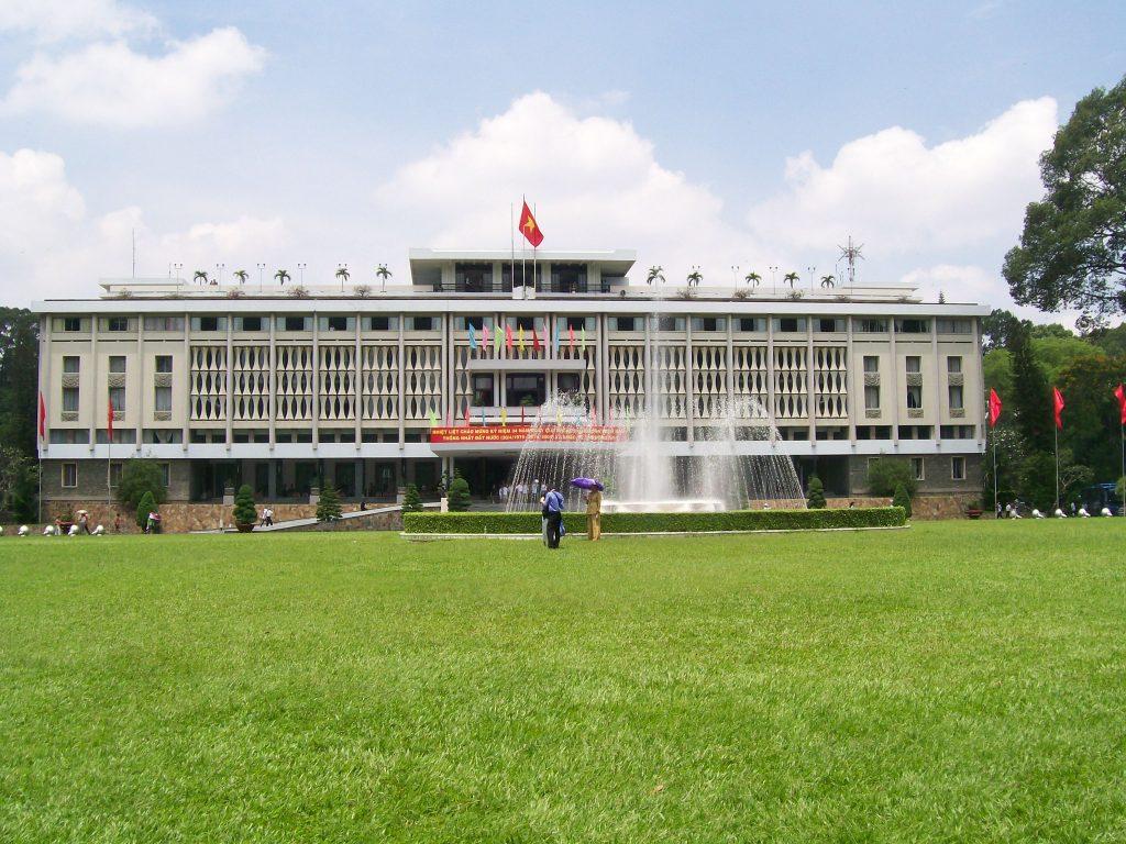 Така днес изглежда бившият Дворец на републиката и настояща централа на местната управа в град Хо Ши Мин. Именно от покрива на тази сграда на 30 април 1975 г. излитат американските хеликоптери с панически бягащите от възмездие висши дейци на южновиетнамския режим. Снимка: Къдринка Къдринова