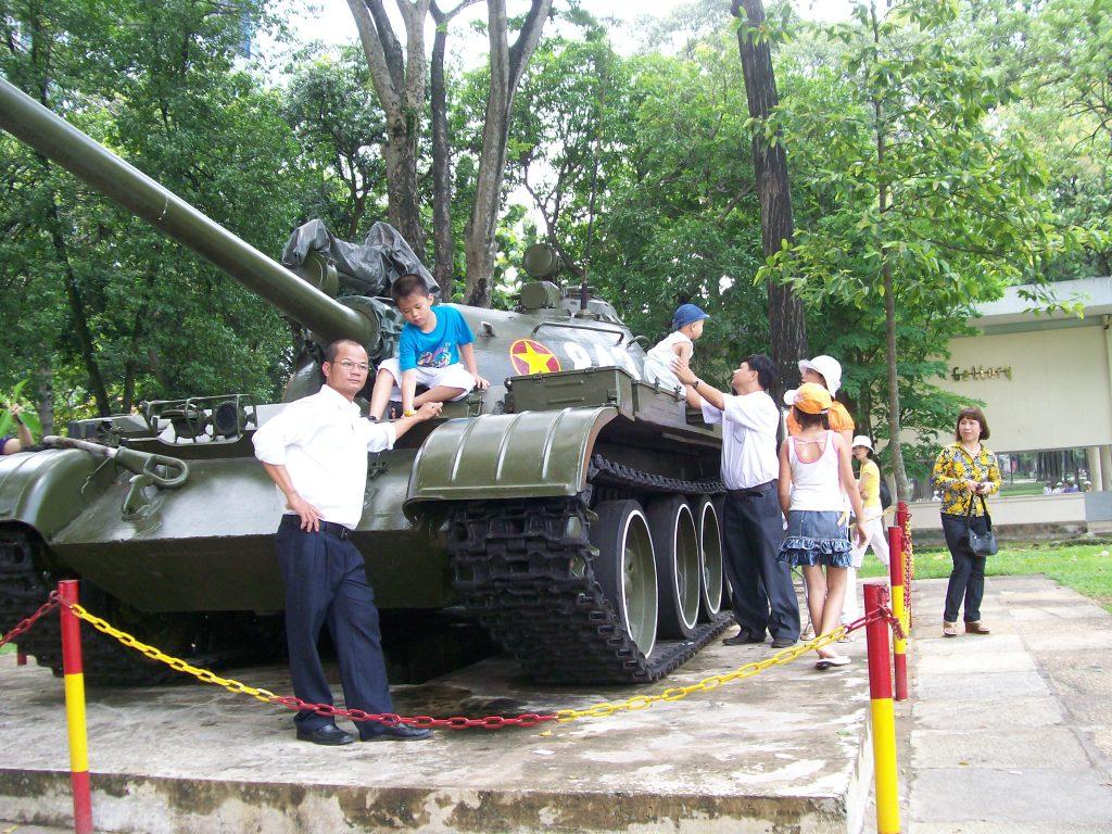 Същият танк днес е любим фон за снимки за спомен с весели малчугани. Инсталиран е в парка край някогашния Дворец на републиката, където днес се помещава местната управа на град Хо Ши Мин. Снимка: Къдринка Къдринова