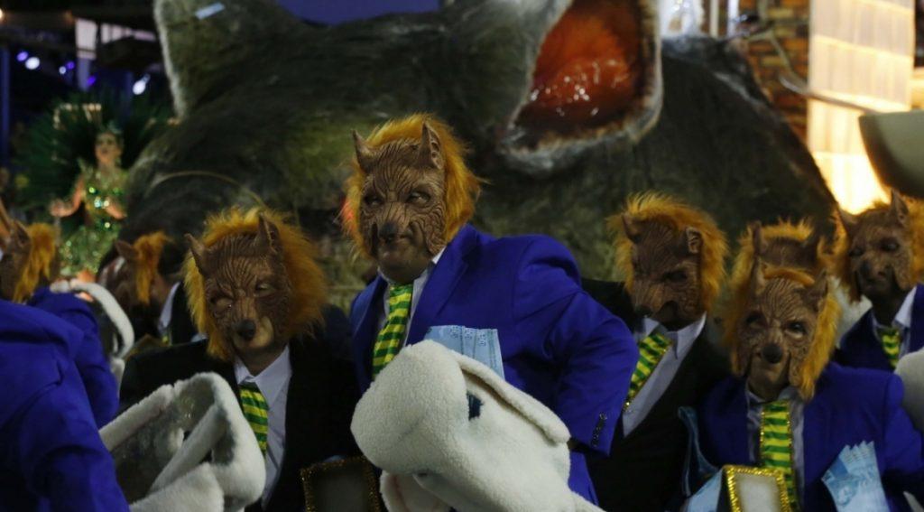Костюмирани чудовища с куфарчета с подкупи също дефилираха по Самбадрома. Снимка: Veja