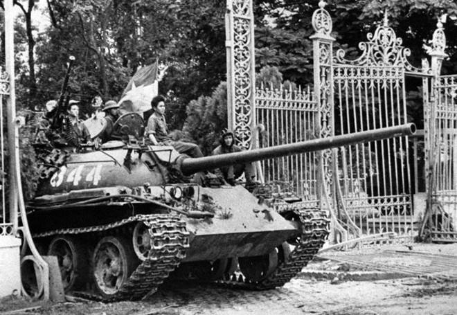 Танк с бойци на Народната армия на ДРВ и на Фронта за освобождение на Южен Виетнам навлиза през портала към Двореца на републиката (президентството) в Сайгон на 20 април 1975 г. Снимка: архив