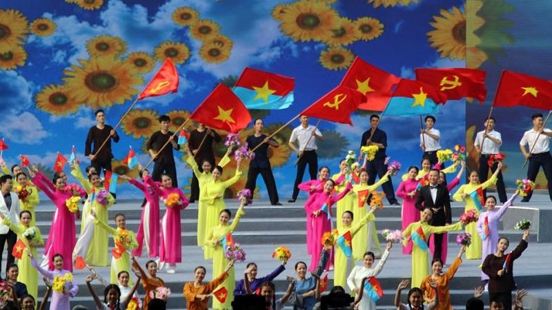 Навръх 50-годишнината от офанзивата Тет в град Хо Ши Мин се състоя тържествен концерт, посветен на юбилея с участието на много ветерани, както и, разбира се, на висши държавни и партийни ръководители на Социалистическа република Виетнам–това е официалното име на страната след обединението на Севера и Юга през 1976 г. Снимка: nhandan