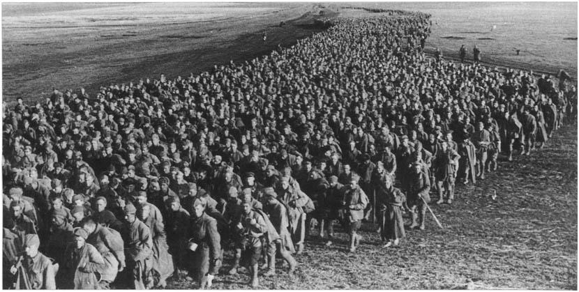 Колона с хиляди съветски военнопленници, попаднали в капана край Барвенково през май 1942 г. Снимка: РИА