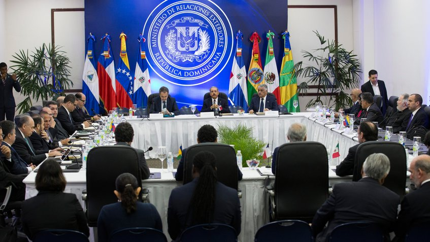 Преговорите между венесуелското правителство и опозицията се водят в Доминиканската република с посреднитечството на бинвшия испански премиер Хосе Луис Родригес Сапатеро и са онази конструктивна рамка, която може да позволи нормализиране на обстановката във Венесуела–разбира се, ако САЩ се откажат да се бъркат със санкционната си политика. Снимка: maximavenezuela