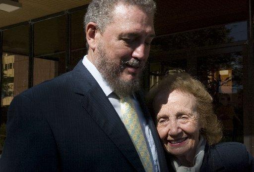Неотдавнашна снимка на Фиделито с 89-годишната му днес майка Мирта Диас-Баларт. Снимка: Miami Herald