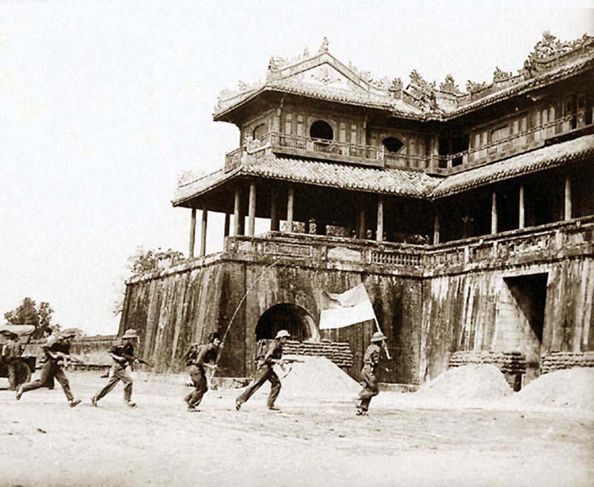 Бойци от Народната армия на ДРВ щурмуват старинната цитадела в Хюе по време на офанзивата Тет през 1968 г. Снимка: VNA