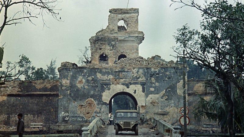 Мостът към цитаделата в Хюе след сраженията през 1968-ма. Снимка: VIA