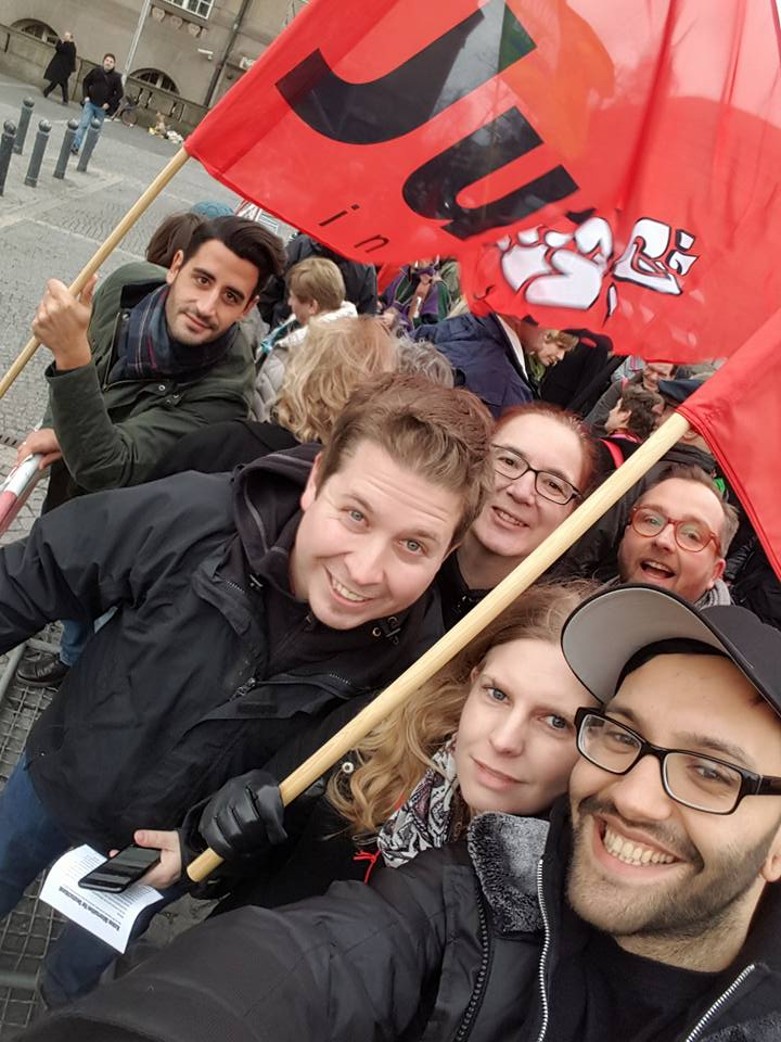 По инициатива на Кевин Кюнерт ръководеното от него младежко движение на ГСДП–Jusos–започна да призовава за масово вливане в партийните редици на нови членове, които да гласуват против голямата коалиция на вътрешнопартийния референдум. Снимка: Фейсбук