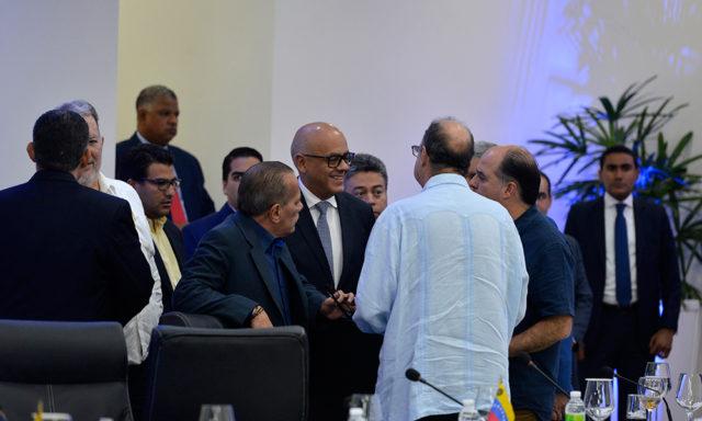 Диалогът между правителствената и опозиционната делегация вървеше в Доминиканската република през последните дни, съпроводен от добро настроение. Но само докато дойде обаждането от Колумбия. Снимка: ElCaribe