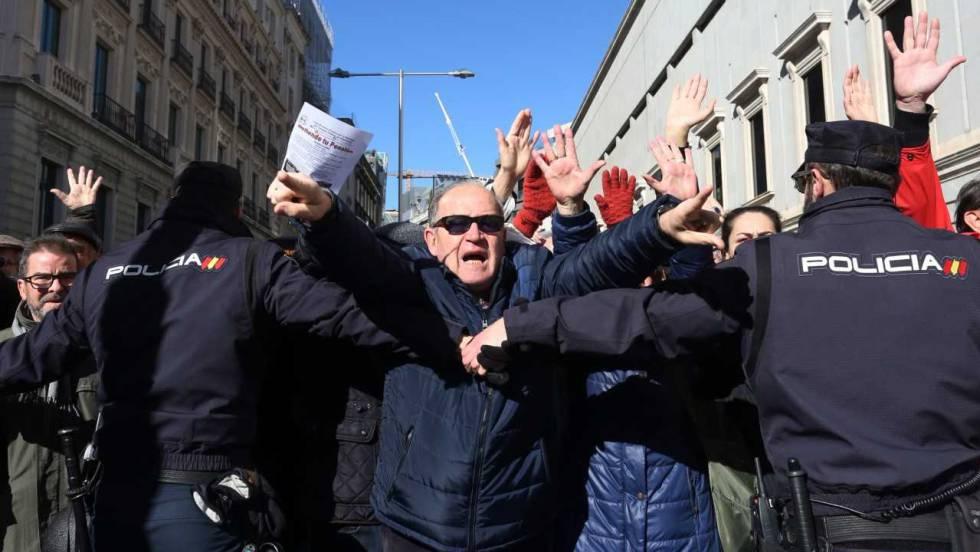Момент от пенсионерския протест пред Конгреса на депутатите в Мадрид. Снимка: El Pais