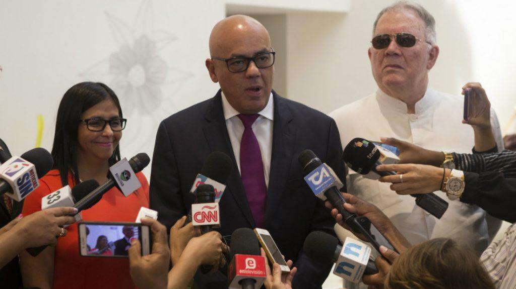 Водещият от името на правителството преговорите в Доминиканската република Хорхе Родригес (в средата) и председателката на Националното конституционно събрание Делси Родригес. Снимка: EFE