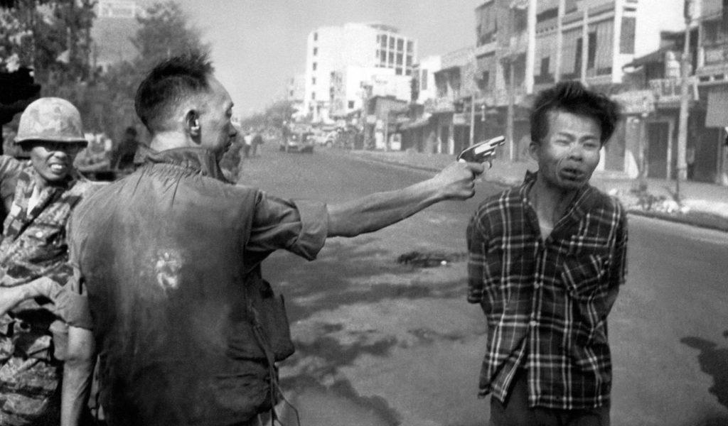 Прочутият кадър на фоторепортера на АР, разтърсил американското обществено мнение–шефът на сайгонската полиция застрелва от упор заподозрян в сътрудничество с партизаните по време на офанзивата Тет. Снимка: АР