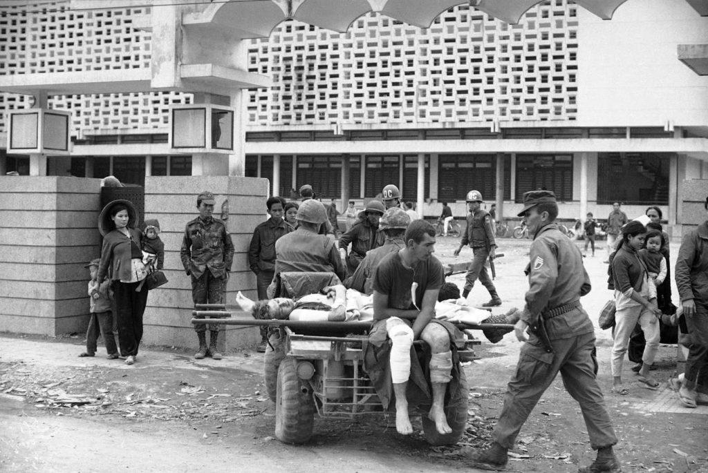 Вкарват на територията на атакуваното от партизани американско посолство в Сайгон ранени при отбраната му американски войници. Снимка: АР