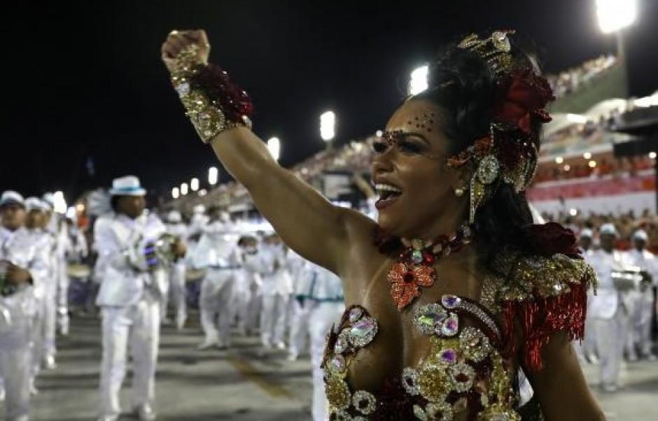 Раиса ди Оливейра, традиционната кралица на карнавала на школата Beija Flor, тази година приветстваше публиката с размахан юмрук. Снимка: diario diigital