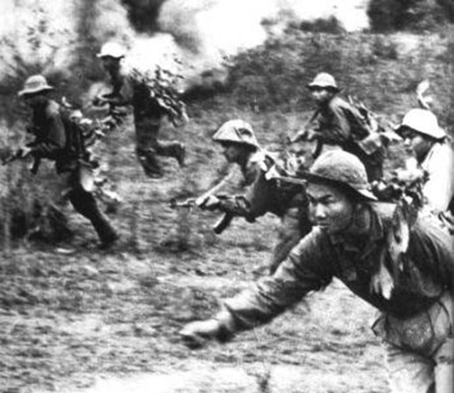 Виетнамски бойци по време на атака срещу американски позиции по време на офанзивата Тет през 1968 г. Снимка: архив