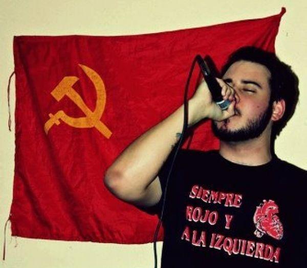"""""""Винаги червен и наляво""""–това пише на тениската на Пабло Хасел. Снимка: Dice la cancion"""