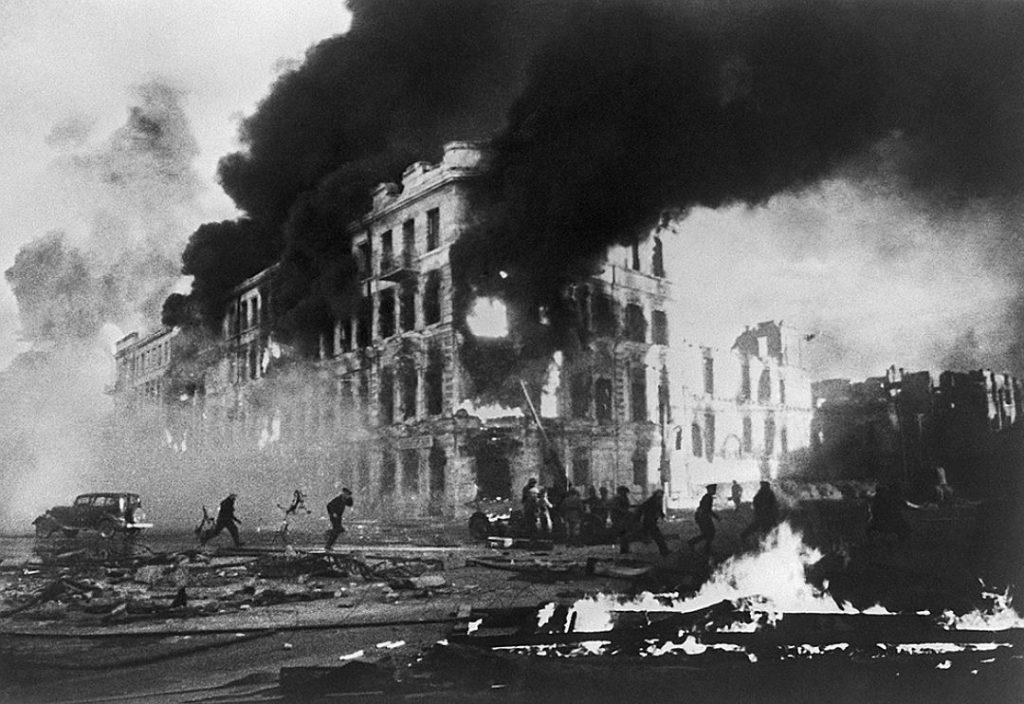 Хитлеристките бомбардировки от въздуха през август 1942 г. превръщат Сталинград в огнен ад. Снимка: РИА
