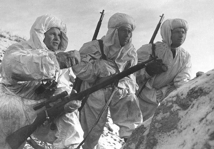 Снайперистът Василий Зайцев (крайният вляво) със свои бойни другари. Снимка: РИА