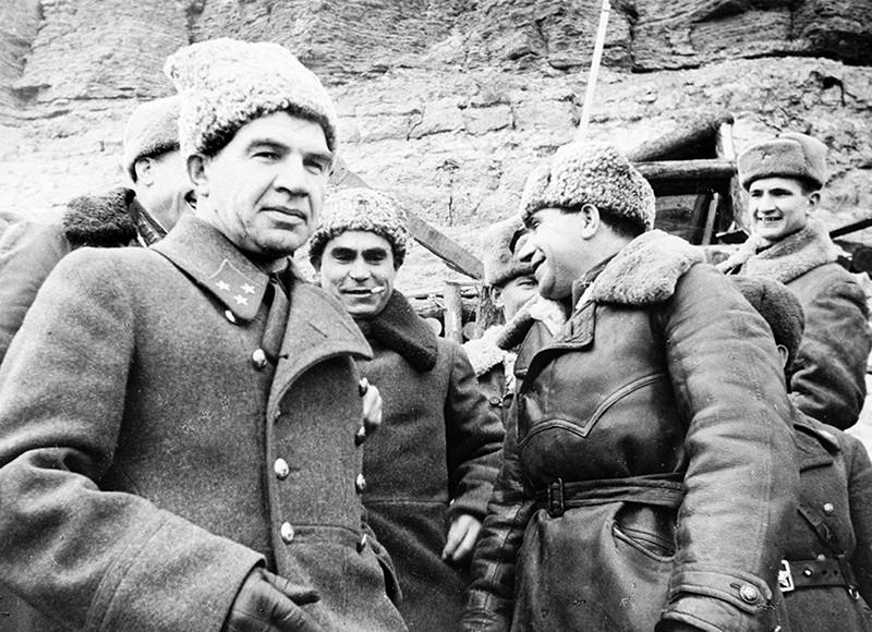 Генерал Василий Чуйков–на преден план. Снимка: РИА