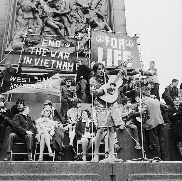 Певицата Джоан Бейз редовно изидга глас на антивоенните митинги в САЩ. Снимка: архив