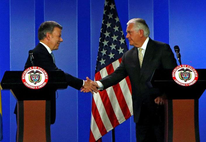 """Американският държавен секретар Рекс Тилерсън се здрависва в колумбийския президент Хуан Мануел Сантос, комуто гостува в Богота преди няколко дни. Двамата се разбраха за """"хуманитарен канал"""" към Венесуела. Снимка: stabroeknews"""
