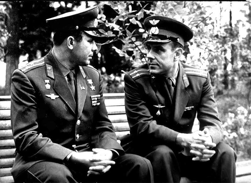 Юрий Гагарин и Владимир Комаров. Снимка: РИА