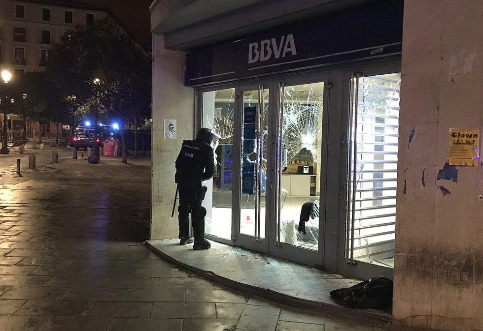 Офиси на банки в Лавапиес бяха атакувани от демонстрантите при протестите в Лавапиес. Снимка: El Pais